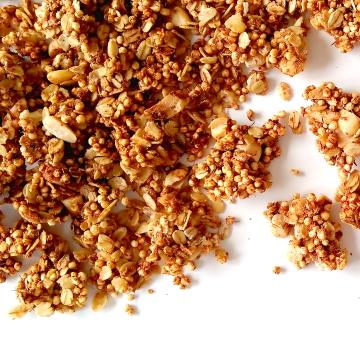 Gepofte quinoagranola met zwarte thee of rooibos
